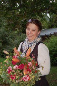 Inhaberin Tina Steger mit einem Dankeschön Strauß für die Jury-Teilnahme