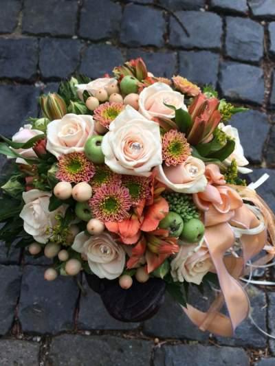 Brautstrauß aus lachsfarbenen Blüten