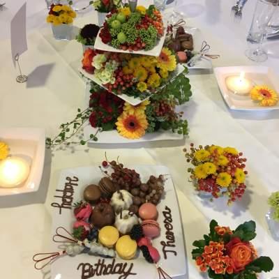 Tischdekoration mit Etagere mit spätsommerlicher Blütenpracht